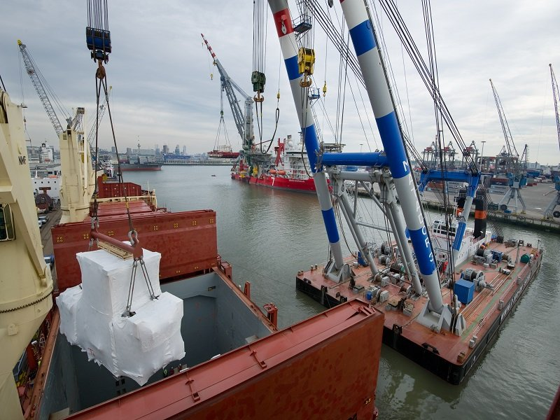 LOADING OF HEAVY LIFTS AT ROTTERDAM